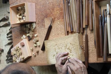 手工制作工匠上丹生木雕